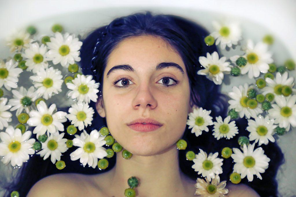 water-beauty-girl-lips-flowers-beautiful-bath-bathtub-skin-care_t20_7O4K7O